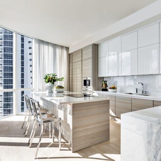 Trendy kuchyně roku 2020 s bezúchytkovými skříněmi až po strop.