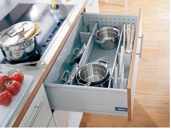 Plnovýsuvná zásuvka umožňuje přístup ke každému kousku nádobí.
